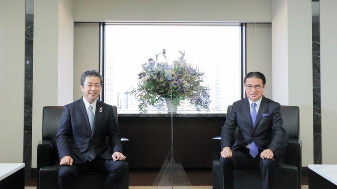 住友生命の高田幸徳社長(左)、立教大学ビジネススクールの田中道昭教授(右)