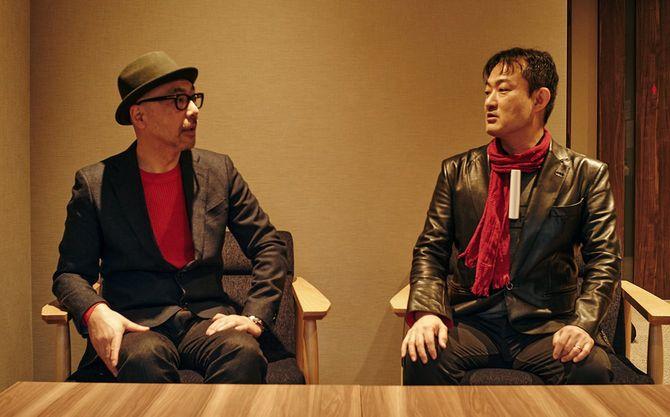 インフォバーン共同創業者・代表取締役CVOの小林弘人氏(左)とIT批評家、実業家の尾原和啓氏