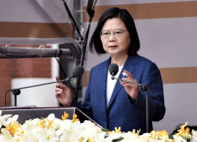 2021年10月10日、台北の総統府前で、辛亥革命を記念する「双十節」の式典に出席し、演説する台湾の蔡英文総統
