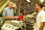 トヨタの米ケンタッキー州工場。ラインで働く労働者と気さくに話すコンビス社長(2001年当時)。