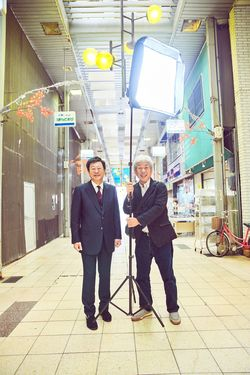 鳥取大学医学部附属病院の原田省病院長(左)吉本興業会長の大﨑洋氏(右)