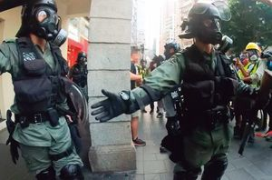 香港のデモ参加者は身バレ防止にマスクをつけるが、逮捕者が相次いでいるという。