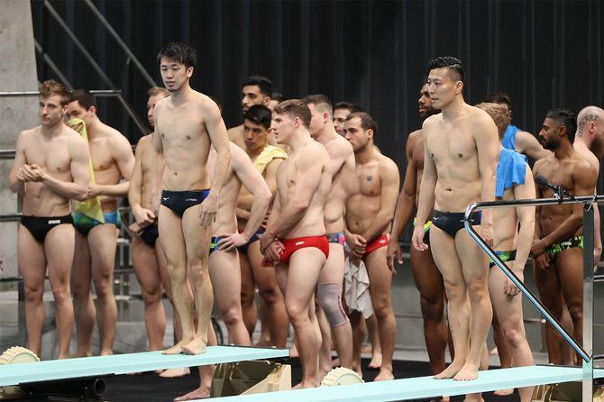 練習に臨む寺内健(右)、坂井丞組(ミキハウス)。坂井のへんとう炎のため、2日に行われる男子シンクロ板飛び込み予選を棄権した=2021年5月1日、東京アクアティクスセンター