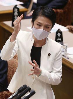 参院予算委員会で質問する立憲民主党の蓮舫代表代行