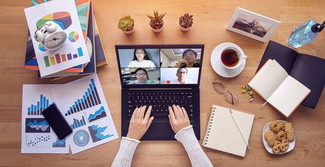 自宅から仕事をする。COVID-19コロナウイルスの流行の病気の伝染を広めることを避けるために、人々は自己分離の間にラップトップコンピュータを介して複数の同僚とのビデオ会議を行います。