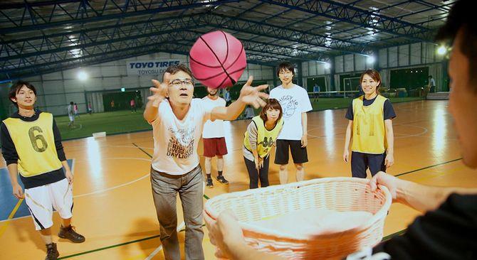 ベビーバスケは、激しく扱うと泣き出してしまう特殊なボールを使ったバスケットボール。泣かせないようにそっとパス。プレーヤーの母性が勝敗を分ける。