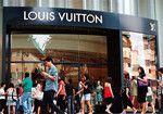 自粛ムードによる買い控えより、海外からの観光客減が問題……。(AFLO=写真)