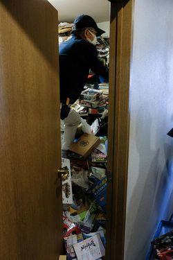 廊下のゴミを片付け、ようやく洋室に入ることができた。ゴミの山をかき分けながらの作業になった。ドアはこれ以上開けられない。