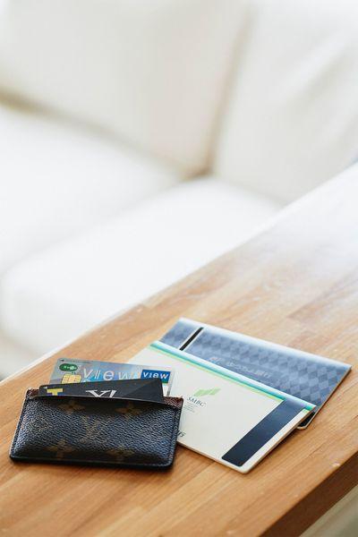 メインバンクは、18歳で就職したときから同じ三井住友銀行とゆうちょ銀行の2つだけ。クレジットカードはビュー・スイカにJCBが付いたもの。金融機関とクレジットカードを整理してお金の流れを「見える化」。
