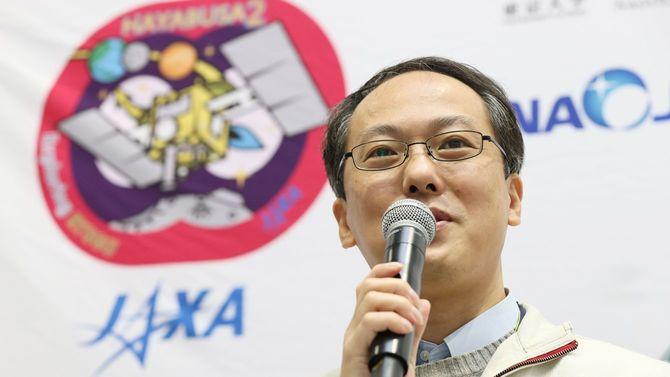 探査機「はやぶさ2」から分離された試料カプセルの到着を受け、記者会見する宇宙航空研究開発機構(JAXA)の津田雄一プロジェクトマネジャー=2020年12月8日、神奈川県相模原市のJAXA相模原キャンパス