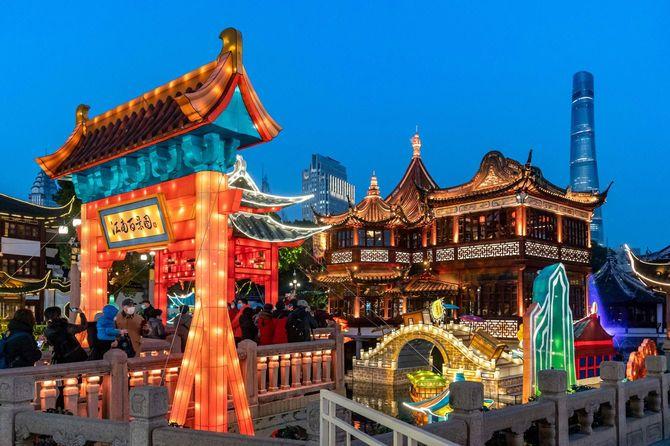 2月12日から始まる旧正月(丑年)を前に、上海の豫園を散策する人々