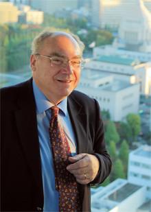 <strong>Karel Van Wolflen</strong>●1941年、オランダ生まれ。同国高級紙記者として主に東アジアで活躍。数々の賞を得た後、フリーランスに。アムステルダム大学教授を同時に務める。『日本/権力構造の謎』『人間を幸福にしない日本というシステム』など著書多数。