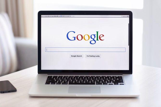 ノートPCの画面に映し出されたグーグルのロゴ
