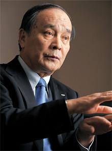 <strong>野副州旦</strong>●のぞえ・くにあき<br>1947年、福岡県生まれ。71年早稲田大学第一政治経済学部経済学科卒業後、富士通に入社。2001年6月常務理事、05年10月常務、07年6月上席常務、08年4月副社長、08年6月より現職。歴代13人目の社長にして初の海外勤務経験者。89年より米国に駐在し、駐在期間は計約10年。日米貿易摩擦交渉などを担当した。愛犬を連れての毎晩の散歩が日課。