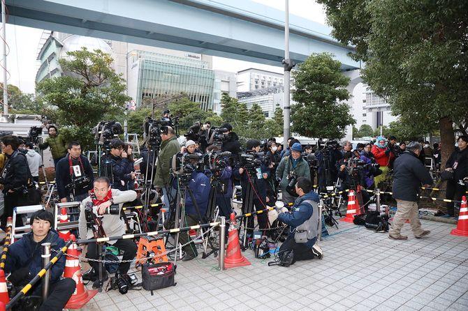 女優の沢尻エリカ容疑者の保釈を取材するために警視庁東京湾岸署前に集まる報道陣ら