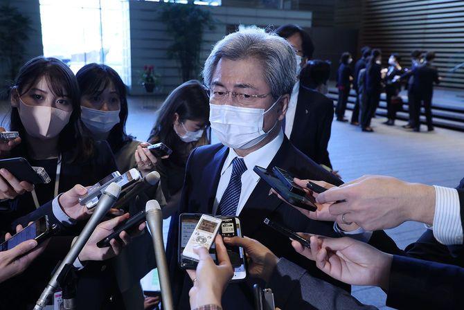 菅義偉首相との会談終了後、記者団の質問に答える日本医師会の中川俊男会長(中央)