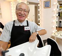 <strong><56歳で資格取得>藤田 巖</strong><br>1941年、東京都生まれ。日本大学法学部卒業後、富士通信機製造(現・富士通)に入社。営業推進部長などを歴任後、99年に定年退職。2001年、横浜市栄区に福祉美容室「カットクリエイト21」を開業、現在は東京に支店も。同業者間ネットワーク強化を目的に「LLP全国訪問理美容協会」を創設、理事長就任、福祉美容の普及に尽力する。