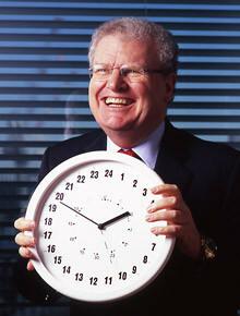 <strong>ソニー会長 ストリンガー<br></strong><em>―Howard Stringer</em><br>1942年、英国ウェールズ生まれ。<br>オックスフォード大学を卒業し、米CBSへ。<br>報道番組の制作、放送部門社長などを経て、97年、ソニー米国法人社長。<br>2005年から現職。