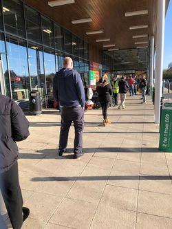 スーパーの行列。店内の人数制限があり、そのため2メートルおきの距離を保って列を作って待っている。(写真提供=堀井光俊教授)