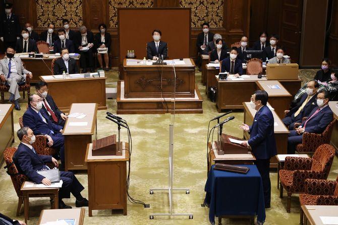 党首討論で菅義偉首相(左端)に質問する立憲民主党の枝野幸男代表(中央右)=2021年6月9日午後、国会内