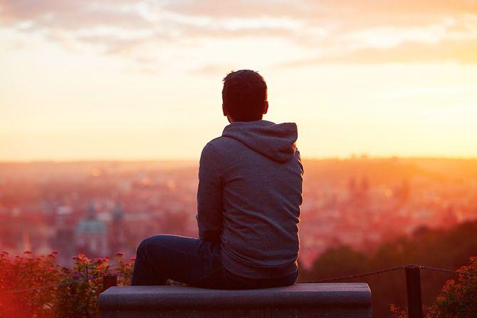 日の出を眺める男性