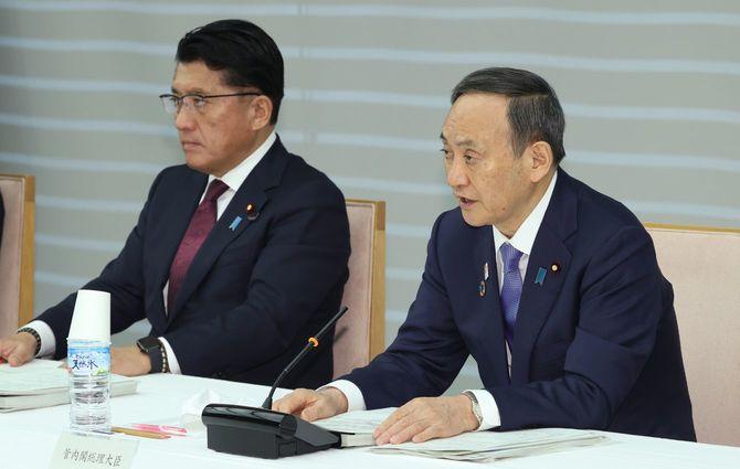 デジタル・ガバメント閣僚会議で発言する菅義偉首相(右)。左は平井卓也デジタル改革担当相=2020年12月21日、首相官邸