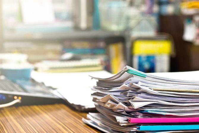 先生の机の上の宿題が終わって割り当て書類の山