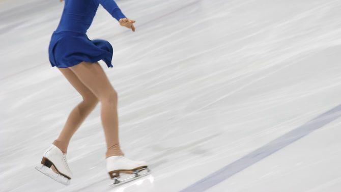 氷上のアイススケーター