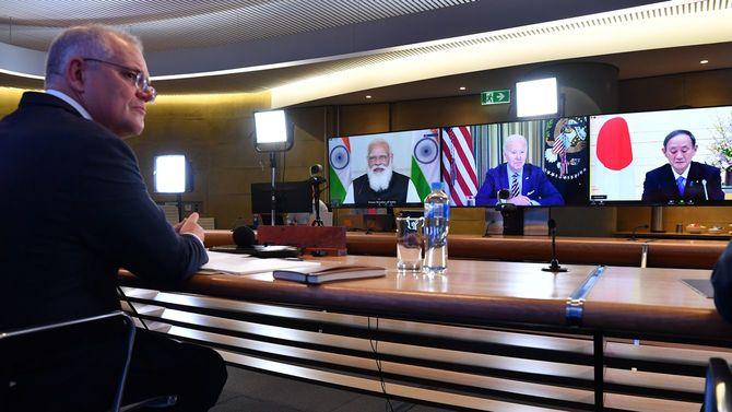 米国、日本、インド、オーストラリアの4カ国協議体であるクアッド(Quad)は12日(現地時間)、初の首脳会議をオンラインで行った。シドニーから参加するオーストラリアのスコット・モリソン首相(左)。