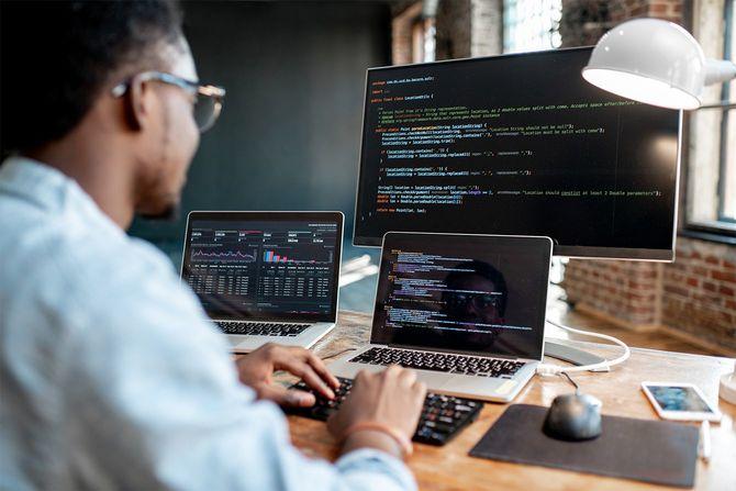 プログラムコードを操作するプログラマ