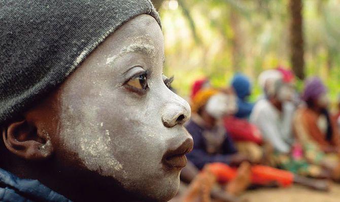 シエラレオネで「FGMを行わない」と約束された通過儀礼に参加する少女。FGMをしない儀式はまだ数少ない。2020年1月撮影