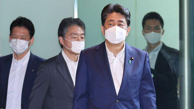 官邸に入る安倍晋三首相(手前)=2020年8月3日、東京・永田町