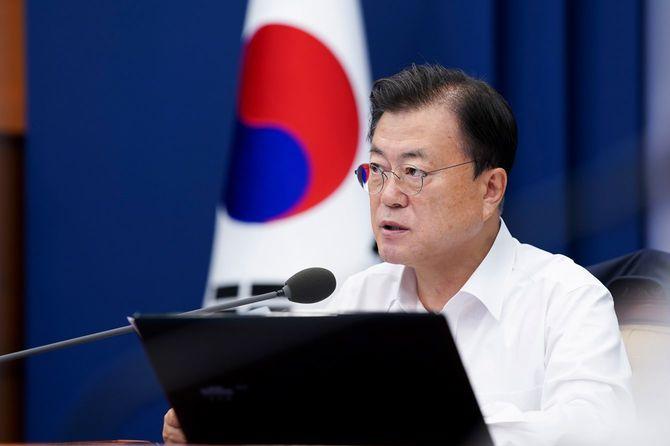 韓国・ソウルの大統領府(青瓦台)で行われた上級官僚との会議で発言する韓国の文在寅大統領=2021年7月26日