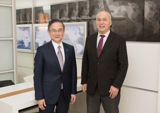 イーオン社長の三宅義和氏(左)と国際ジャーナリストでミュージシャンのモーリー・ロバートソン氏