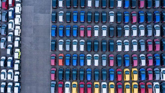 港に停められたカラフルな車の数々