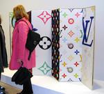 2003年ヴェネチアビエンナーレの「ラウシェンバーグからムラカミまで」展で入口に展示された村上隆のルイ・ヴィトンのカラーモノグラム柄の屏風。