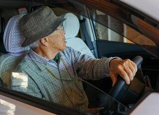 都会の老人は運転免許証を返納しなさい