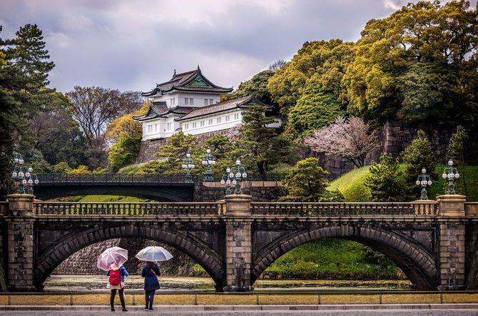 皇居の前に立つ二人の女性