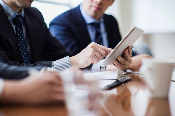 会議室でミーティングする3人のビジネスマン
