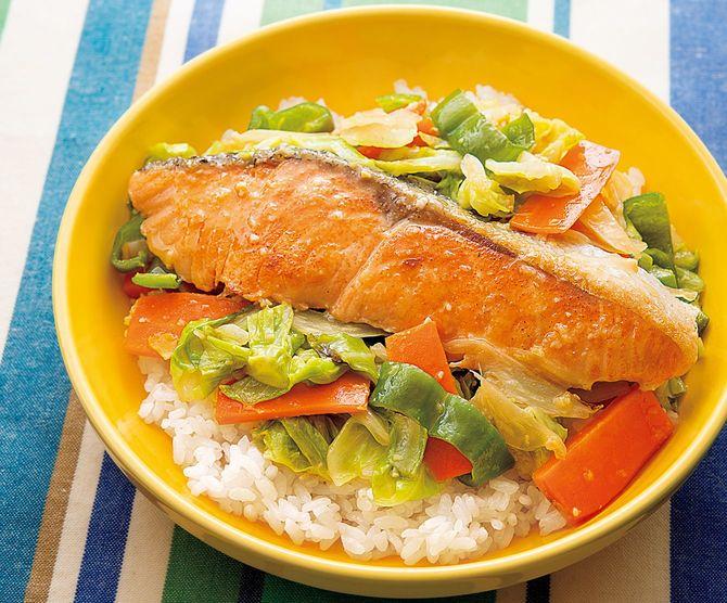 フライパンひとつで完成。たっぷりの野菜とサケがとれる