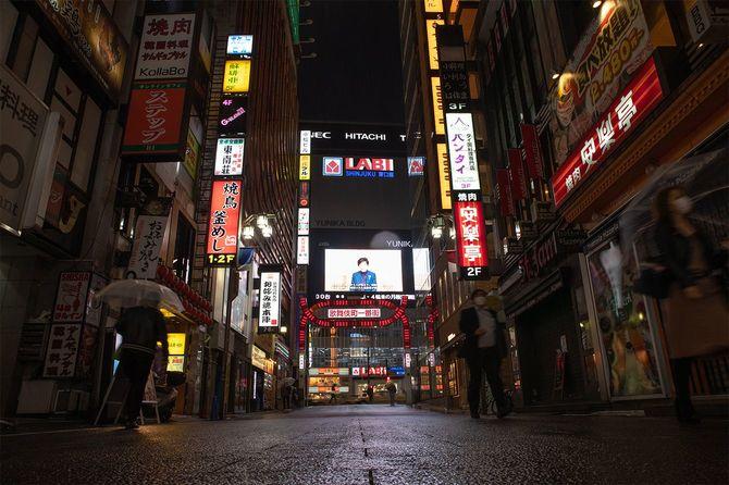 今年4月、緊急事態宣言下の閑散とした東京・歌舞伎町。