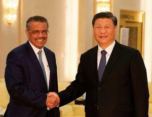 WHO(世界保健機関)のテドロス事務局長(左)と握手する中国の習近平国家主席。