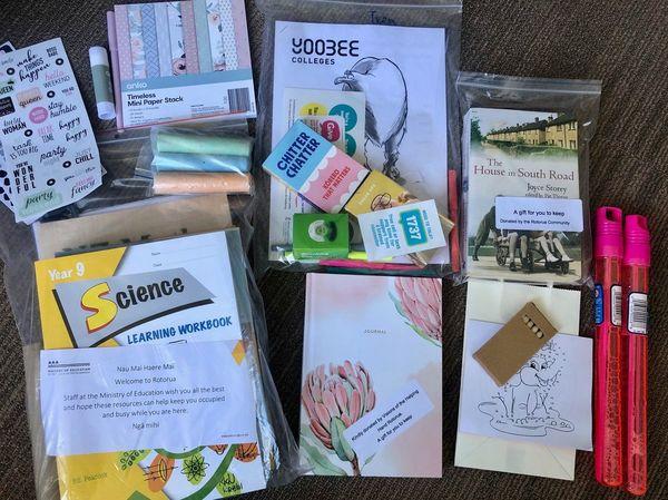子どものケアパッケージ(子どもが快適に過ごせるためにと、入室時に部屋に置かれていたもの)。日記帳や文房具、本のほかに、学年にあわせた教科書も入っている。