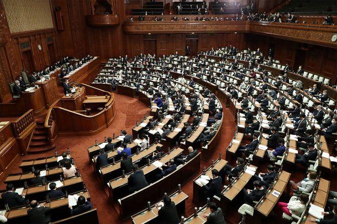 衆院本会議で施政方針演説をする菅義偉首相(壇上)=2021年1月18日、国会内