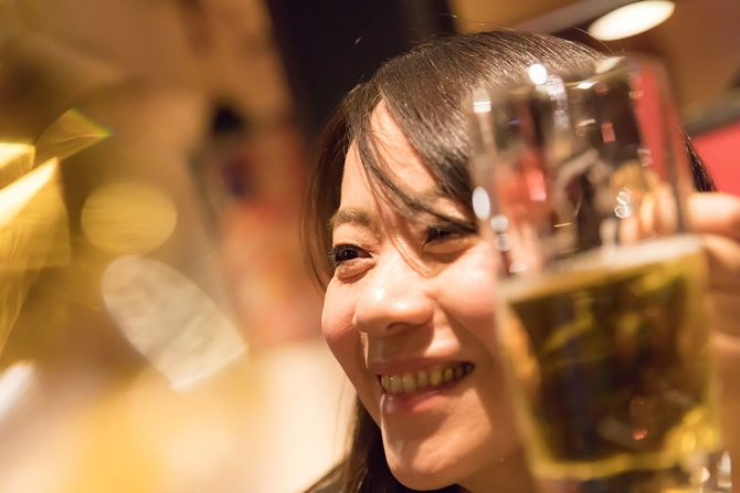 ビールを楽しむ美しい日本女性