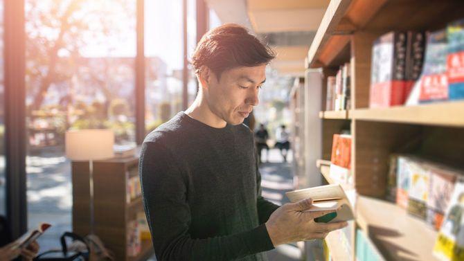 図書館で本を読む男性