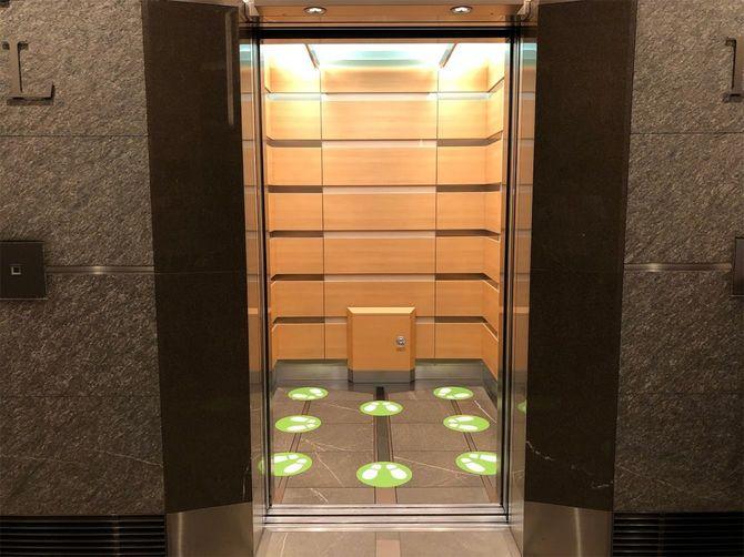 六本木ヒルズのエレベーターは8人乗り。フットプリントで人数だけでなく、互いに向かい合わないような工夫も。