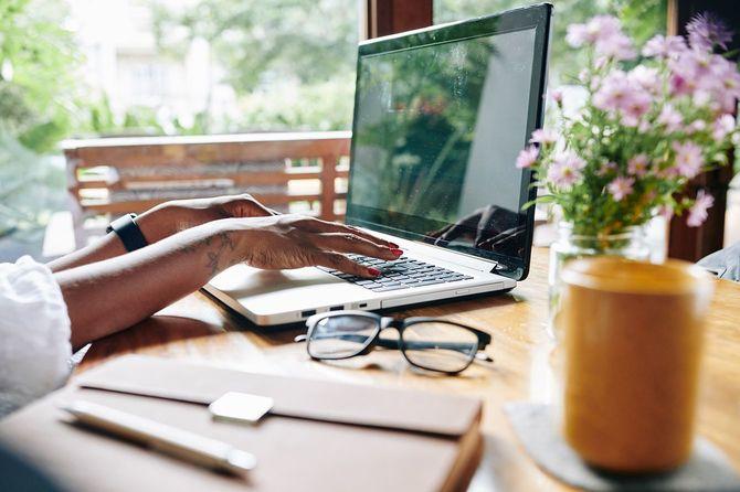 コンピュータで作業している女性