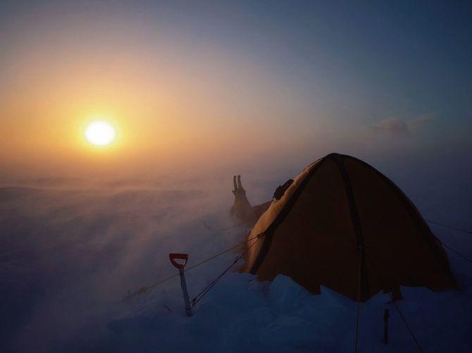 まったく太陽の昇らない「極夜」を、GPSはもちろん六分儀も持たず、1頭の犬とともに歩いたとき、地球にいながら宇宙を感じたという。4カ月後に対面した太陽はただただ圧倒的だった。