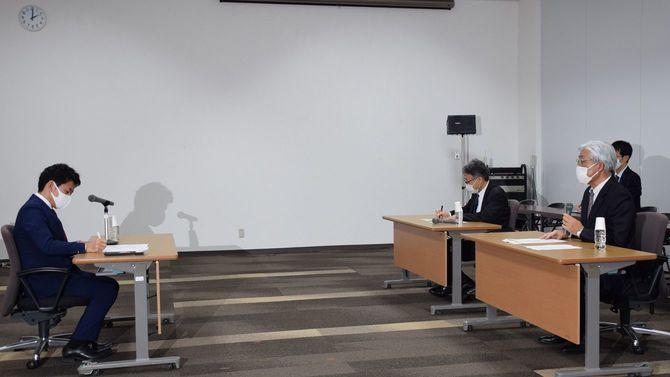 宮下宗一郎むつ市長(左)に使用済み核燃料の中間貯蔵施設共同利用案について説明する電気事業連合会の清水成信副会長(右)=2020年12月18日、青森県むつ市役所